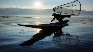 Silueta de pescador en Lago Inle, Myanmar.